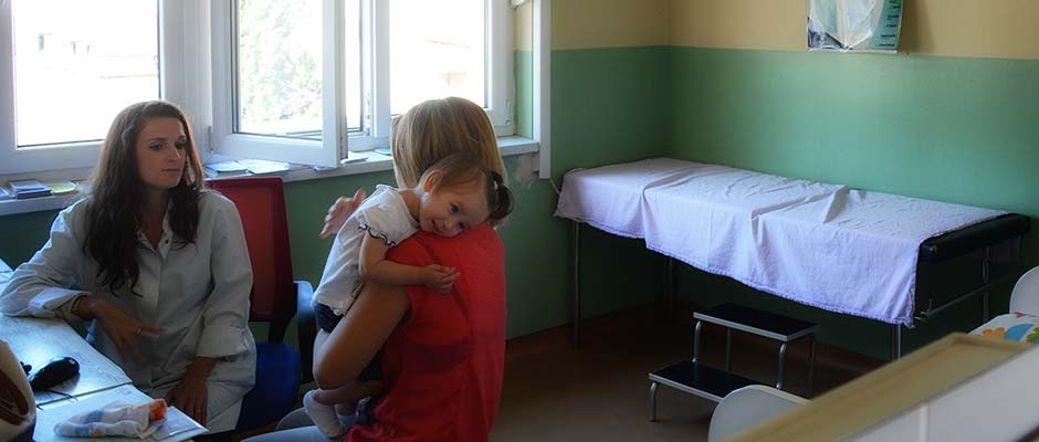 Dr. Paulina Miletić-Simić se susreće sa majkom i kćerkom u svojoj ordinaciji. | Dr. Paulina Miletić-Simić meets in her examination room with a mother and daughter.