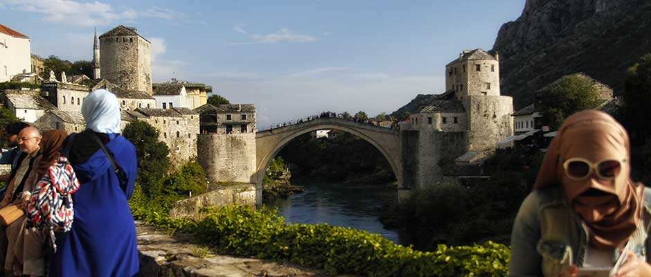 Centar Mostara i njegov lijepi most. | Downtown Mostar and its scenic bridge.